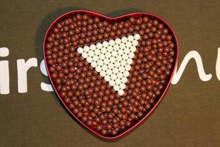 Det är inte choklad- och mintkulor i hjärtat ovan utan det är airsoftkulor. Hur många kulor tror du finns det i detta hjärta?