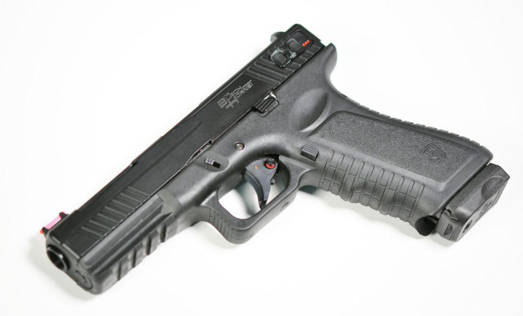87bff69dc63 Tillverkaren APS i Hong Kong har skickat in information om sin nya  CO2-drivna airsoftpistol Black Hornet och som bland annat erbjuder  skjutläget helautomat.