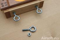 Skruvöglor att sätta fast spännbanden med.