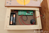 De medföljande två AAA-batterierna är monterade från fabrik.
