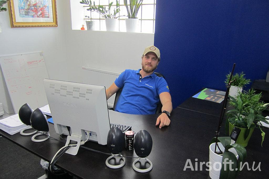 Robert vid sitt skrivbord.